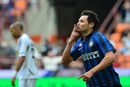 Zarate festeggia dopo il gol al Cesena - Getty Images