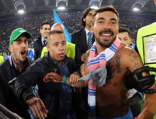 Ezequiel Lavezzi festeggiato dopo la vittoria della Coppa Italia (Getty Images)