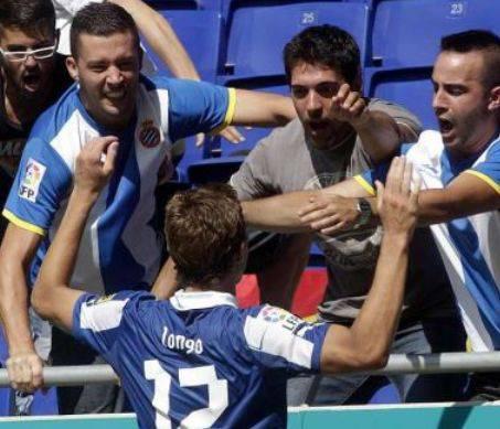 Samuele Longo mentre esulta coi tifosi dell'Espanyol (rcdespanyol.com)