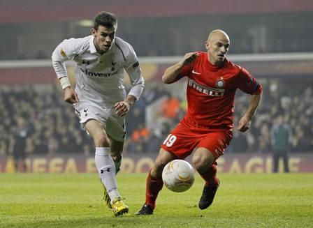 Esteban Cambiasso contro Gareth Bale (Getty Images)
