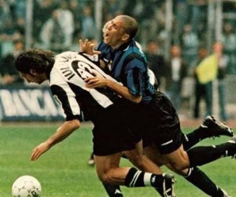 Il famoso 'scontro' tra Iuliano e Ronaldo