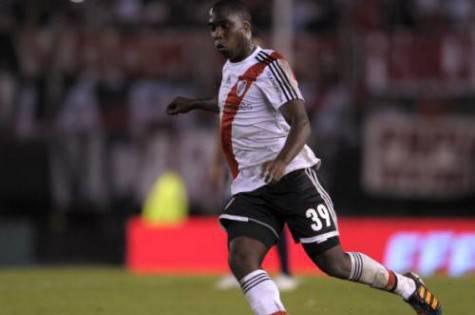 Balanta con la maglia del River Plate