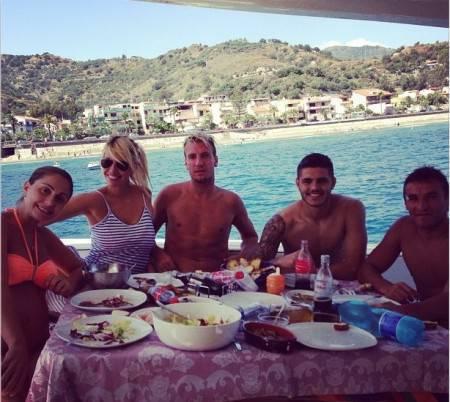 Icardi in compagnia di Bergessio, M.Lopez e consorte (foto Instagram)