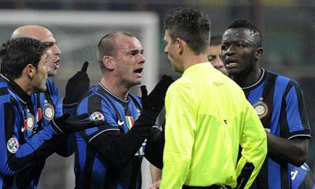 Rocchi e i giocatori dell'Inter
