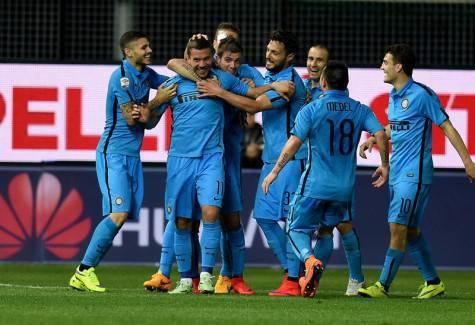 Lukas Podolski festeggiato dai compagni (Inter.it)