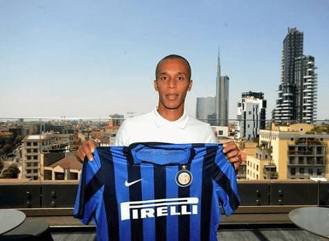 Joao Miranda posa con la maglia dell'Inter (Inter.it)