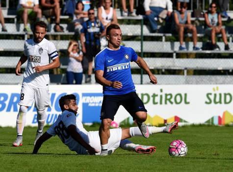 Xherdan Shaqiri in azione contro l'Al-Ahli