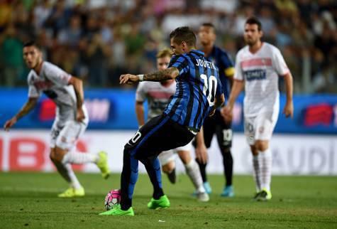 Stevan Jovetic segna su rigore il gol che 'stende' il Carpi - Getty Images