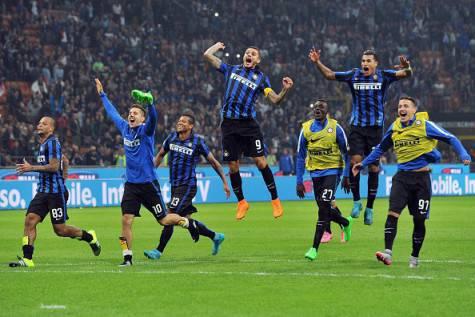 I giocatori dell'Inter festeggiano la vittoria nel derby