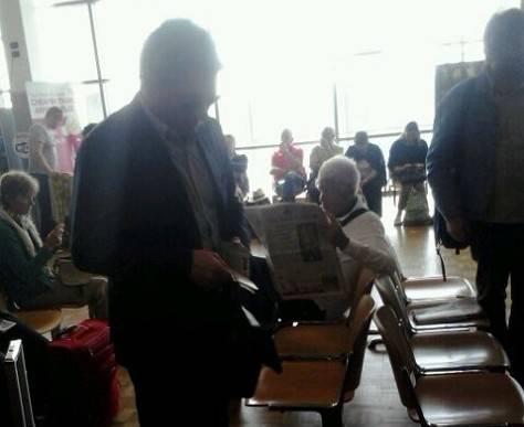 Mazzarri all'aeroporto di Pisa, prima di prendere il volo per Liverpool (foto italia-24news.it)