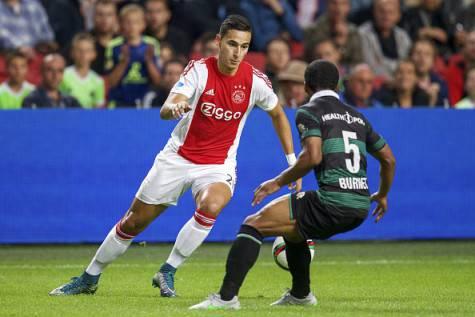 Anwar El Ghazi in azione con la maglia dell'Ajax