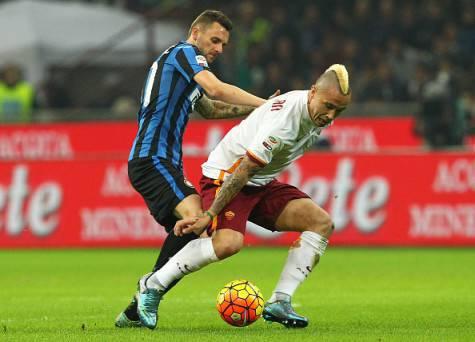 Radja Nainggolan in azione contro l'Inter