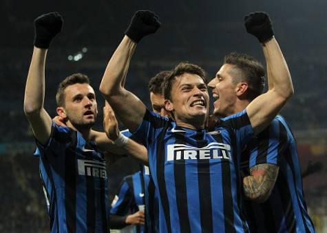 Adem Ljajic festeggia coi suoi compagni dell'Inter
