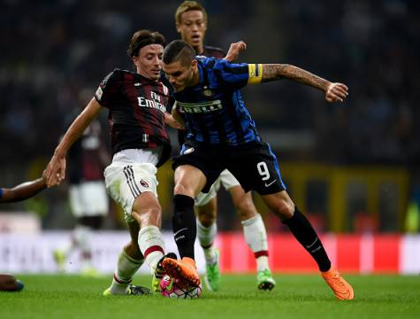 Montolivo contro Icardi nel derby ©Getty Images
