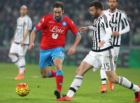 Andrea Barzagli contro Higuain in Juventus-Napoli ©Getty Images