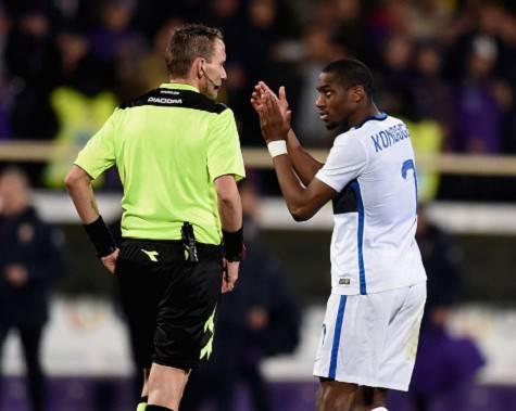 Fiorentina-Inter: Kondogbia applaude ironicamente Mazzoleni beccandosi il rosso ©Getty Images