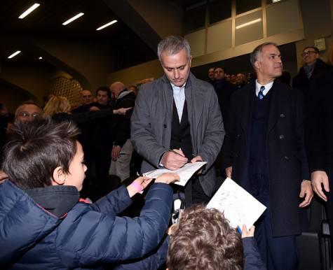 Mourinho a 'San Siro' firma autografi prima di Inter-Sampdoria ©Getty Images