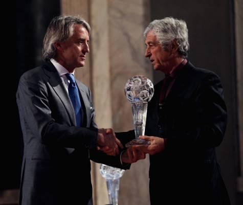 Gianni Rivera celebra Mancini, entrato nell'Hall of Fame della Figc ©Getty Images