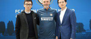 Pioli con Steven Zhang e Jun Liu ©Getty Images