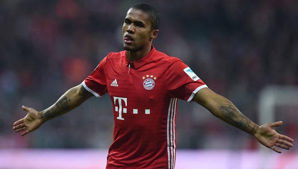 Continua il pressing su Douglas Costa: il Bayern fa il prezzo